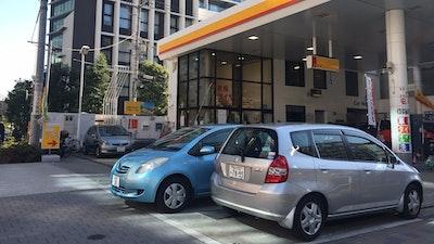 니코니코 렌터카 - 주유소에 서 있는 자동차의 정체