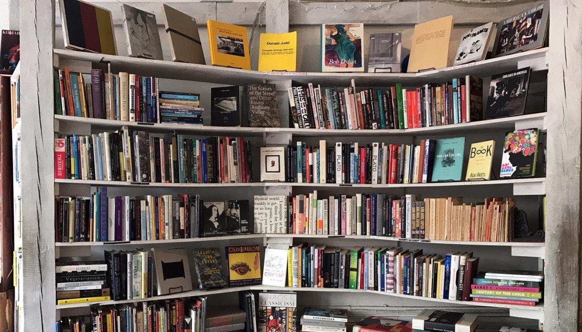 작은 공간의 전략적 쓰임 Molasses Books / Mast Books