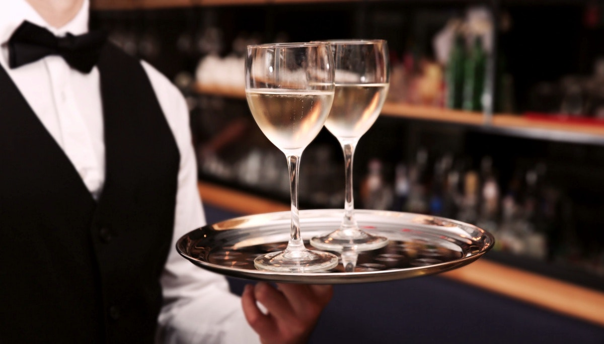 고객의 마음을 사로잡는 와인 서빙